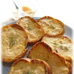 こんがりと焼いたフランスパンの明太トースト