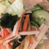 レタスときゅうりと大根とわかめとカニカマのサラダ