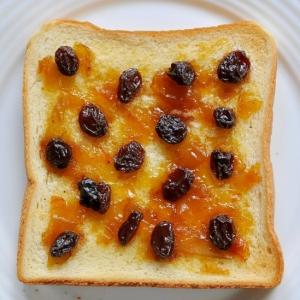 梅ジャムと干しぶどう黒酢のトースト