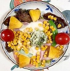 サニーレタス、パイン、ミニトマトのサラダ