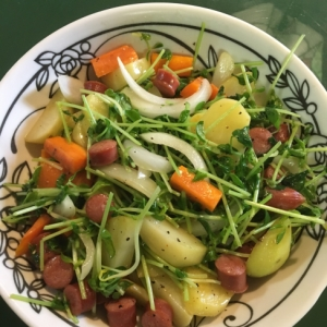 彩り鮮やか☆ジャガイモと豆苗の炒め物