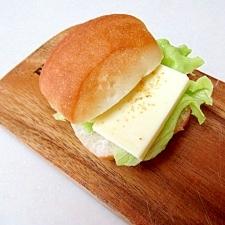 *チーズとレタスのガーリックサンド*