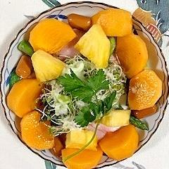 スモークチーズ、セロリ、柿、パインのサラダ