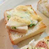 サラダチキンとスプラウトとチーズのミニトースト