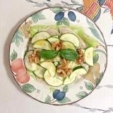 サラダチキンに、ズッキーニと胡桃
