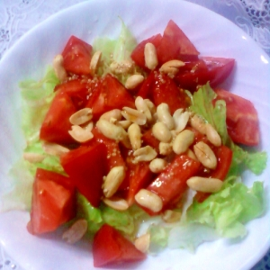 レタスとトマトとピーナッツのごまドレッシングサラダ