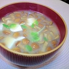 簡単☆お腹いっぱい☆なめこと豆腐と豆苗のお味噌汁