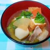 比内地鶏スープとタアサイ入り、具だくさんのつゆ!