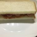 パンにケチャップを塗って☆ウィンナーのサンドイッチ