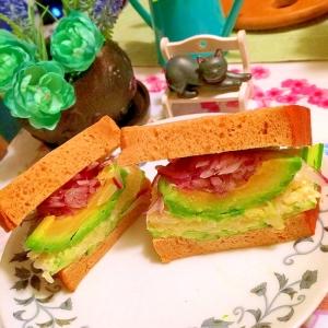 アボカドと彩り野菜のよくばりサンド