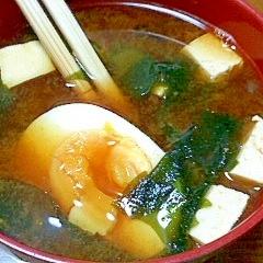 豆腐とわかめとゆで玉子の赤味噌汁
