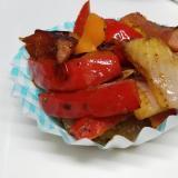 ウィンナー、橙&赤パプリカ、紫玉葱のカレー粉炒め