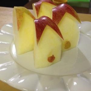 キッズに人気♪可愛いおすわりうさぎリンゴの作り方