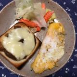 カニカマオムレツとカレーチーズトーストの朝ごはん