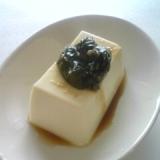 豆腐のエゴマの葉のせ
