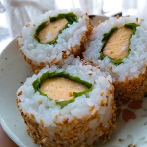 卵とサンチュのゴマ巻き寿司