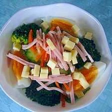 色々野菜たっぷりの具だくさんサラダ