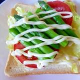 野菜たっぷり♪ アスパラとトマトのオープンサンド