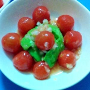 ミニトマトとアボカドのお花サラダ