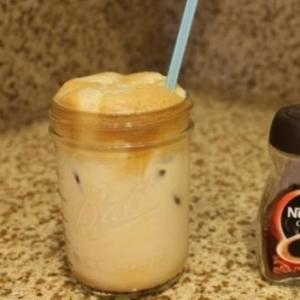 フローサーなしでギリシャのアイスコーヒー フラッペ
