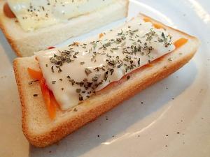 バジル/ケチャで 人参とチーズのトースト