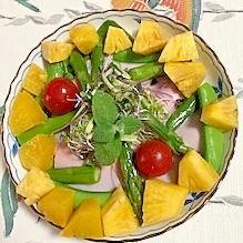 ほうれん草(サラダ用)、ロースハム、パインのサラダ
