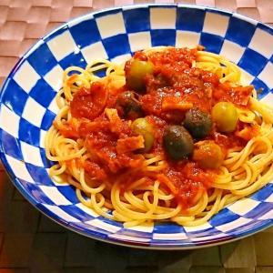 オリーブとハーブトマトソースのパスタ