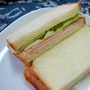薄切りロースハムとレタスのサンドイッチ