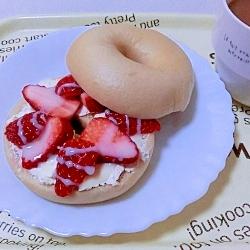 休日の朝に♪いちごとクリームチーズのベーグルサンド