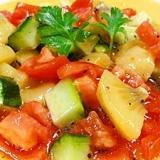 キウイ、キュウリ、トマトのシンプルサラダ