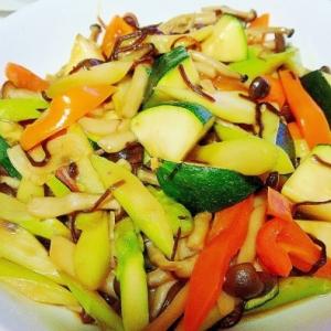 ズッキーニと彩り野菜の塩昆布炒め