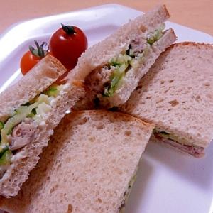 オイルサーディンときゅうりのサンドイッチ