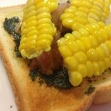 バジルソースとコーンチキンのせ食パン