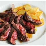 イタリア版ステーキ、牛肉タリアータとフライドポテト