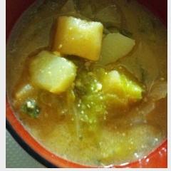 ジャガイモとキャベツの味噌汁