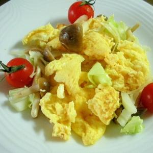 キャベツとシメジと卵のマヨにんにく炒め♪