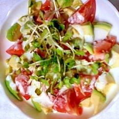 ヨーグルトソースのトマトとアボガドのサラダ♪