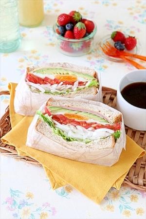 新玉ねぎたっぷり!シャキっと具だくさんサンドイッチ