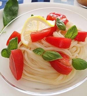 トマトとバジルのサラダうどん(イタリアン風)