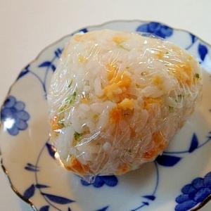 ツナマヨ入り 炒り卵と青のりのおにぎり