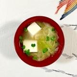 絹ごし豆腐、キャベツ、貝割れのお味噌汁