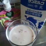 牛乳といちごスムージーときな粉のドリンク