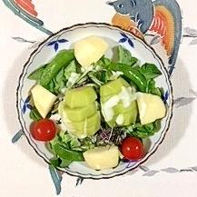 キウイ、ラ・フランス、サラノバレタス のサラダ