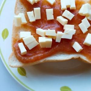 イチジクジャムとチーズのトースト