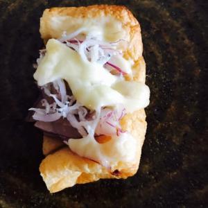 紫玉ねぎマリネとしらすの油揚げチーズ焼き