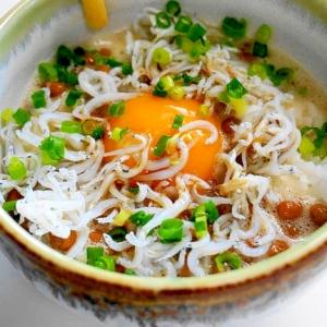 スプーンで混ぜて~かき込んで!納豆しらす卵かけご飯