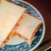 タバスコソースのベーコンレタスチーズのサンドイッチ