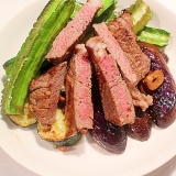 グリル野菜とステーキのボリュームホットサラダ