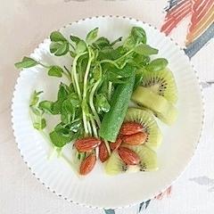 豆苗とキウイのサラダ