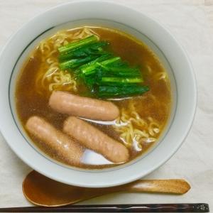 袋麺で♪レンチン小松菜とウインナー醤油ラーメン♡